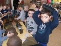 Дети рассматривают музейные экспонаты